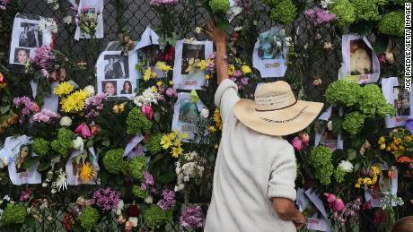 Un monumento contiene le foto di alcuni che sono stati uccisi o contati.
