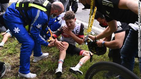 Team UAE Emirates & # 39;  Mark Hirsch reçoit des soins médicaux après un accident lors de la première étape du Tour de France.