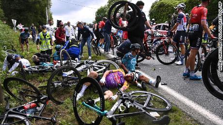 L'Italien Christian Sabaraki (à gauche) et le Français Brian Gogart (à droite) sont allongés au sol après avoir été impliqués dans un accident lors de la première étape du Tour de France.