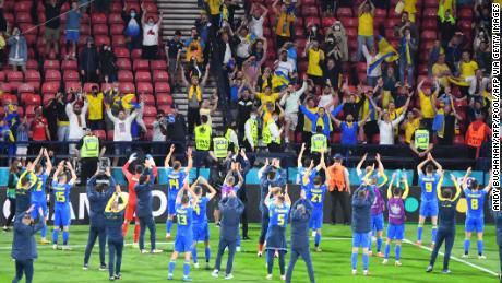 Гравці України святкують з уболівальниками після перемоги над Швецією.