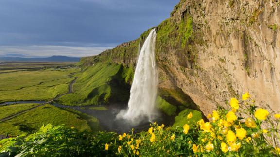 A cachoeira Seljalandsfoss é uma vista espetacular no sul da Islândia.