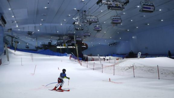 Um esquiador compete no Ski Dubai durante a DXB Snow Week do ano passado.