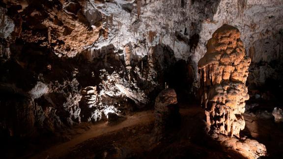 Na caverna Postojna, você pode ver estalagmites, estalactites e formações chamadas cortinas.