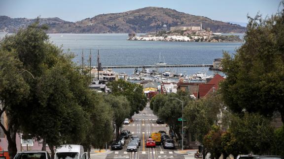 A Ilha de Alcatraz pode ser vista do bairro Russian Hill em San Francisco.