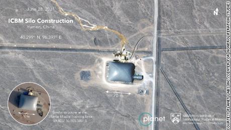 Un silo à missile chinois unique avec un dôme de construction sur le dessus.