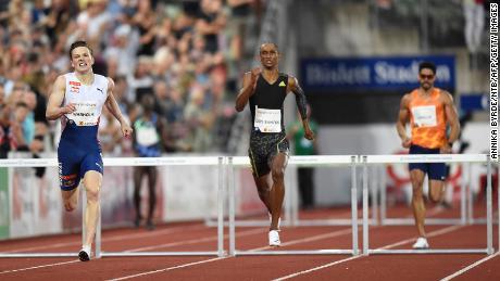 Norges Carsten Warhome åpnet ild mot OL i Tokyo og slo verdensrekorden for de lengste 400 m hekkene på Diamond League -møtet i Oslo, & quot;  Mer i tanken & quot;.