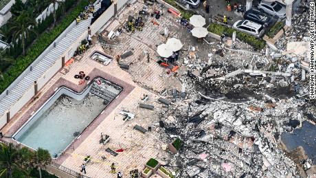 El personal de búsqueda y rescate trabaja en el sitio después del colapso parcial de las Torres Champlain Sur.