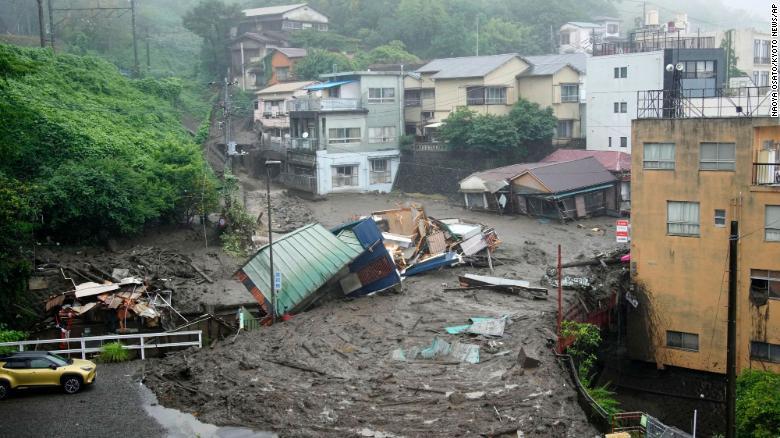 Im Bezirk Izusan in Atami werden Häuser durch eine Schlammlawine nach heftigen Regenfällen beschädigt.
