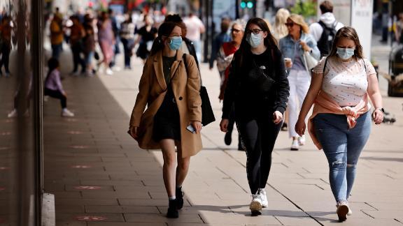 Les piétons portent des masques faciaux en marchant le long d'Oxford Street dans le centre de Londres le 6 juin.