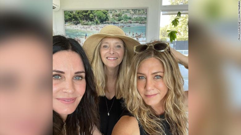 Courtney Cox, Lisa Kudrow dan Jennifer Aniston merayakan liburan akhir pekan bersama