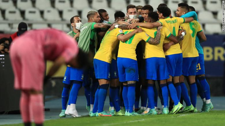Brasil merayakan tiket mereka ke final, di mana mereka akan bertemu Argentina atau Kolombia pada hari Minggu