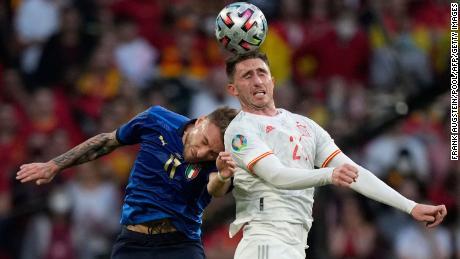 El español Aymeric Laporte y el delantero italiano Zero Immobile compiten contra el balón.