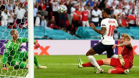 وأدركت إنجلترا التعادل بعد أن حوّل سيمون قيصر الكرة إلى مرماه.