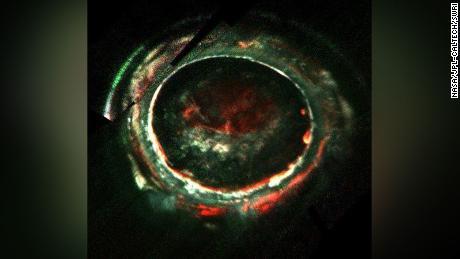 Cette image, créée avec les données du spectromètre d'imagerie ultraviolette de Juno, retrace les lectures de Juno des aurores de Jupiter.