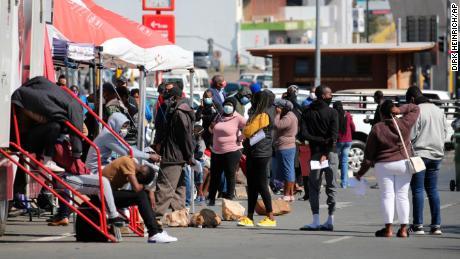 人们在纳米比亚温得和克排队等待 Covid-19 测试。