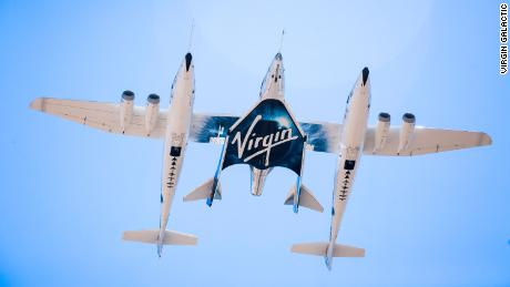 A Virgin Spaceship Unity e a Virgin Mothership Eve voam pelo céu em seu primeiro voo de transporte em cativeiro, em setembro de 2016.