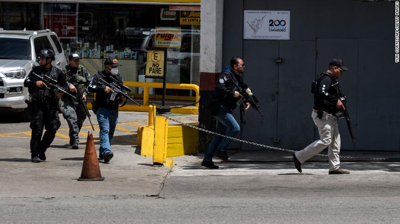 Gunfights between gangs and police close major roads in Caracas