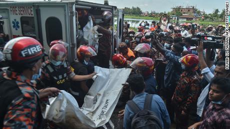 消防士は、被害者の遺体を回収します。