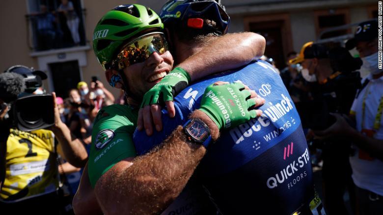 Mark Cavendish melakukan selebrasi bersama timnya di akhir etape ke13 pada hari Jumat