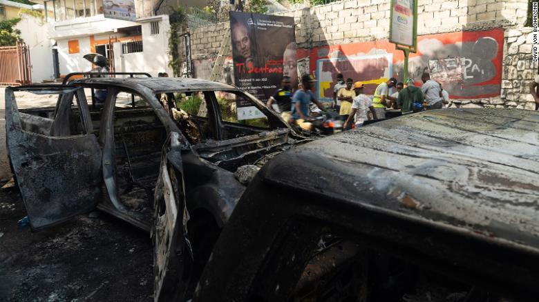 A violência eclodiu depois que o presidente do Haiti foi assassinado na quarta-feira.