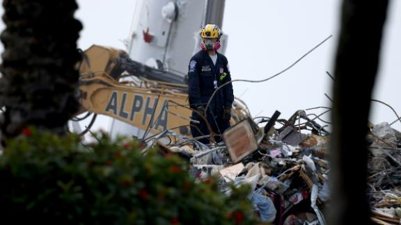 Image for Surfside death toll rises to 86 as recovery efforts resume