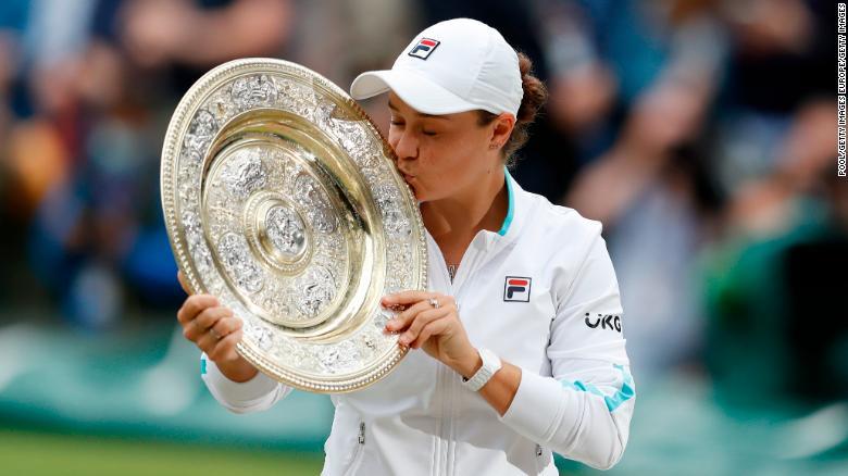 Ashleigh Barty mencium trofi Venus Rosewater Dish setelah memenangkan gelar tunggal Wimbledon pertamanya