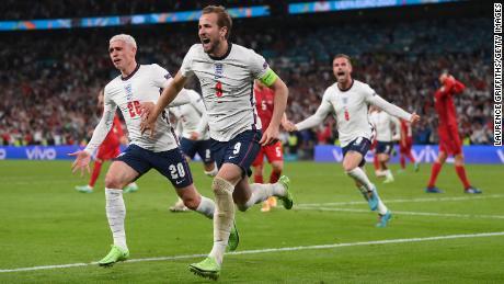 يهنئ فيل فودن الإنجليزي هاري كين بعد تسجيله الهدف الثاني في مرمى الدنمارك.