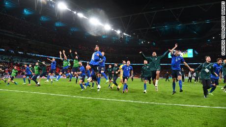 يحتفل اللاعبون الإيطاليون بفوز فريقهم بركلات الترجيح في مباراة نصف النهائي ضد إسبانيا.