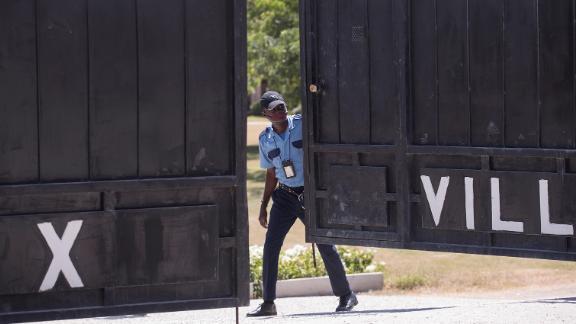 Los guardias custodian la morgue donde fue detenido el sábado el cuerpo del presidente Jovenel Moise.