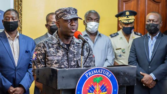 El inspector general de policía Leon Charles habla durante una conferencia de prensa en la residencia del Primer Ministro el 8 de julio.