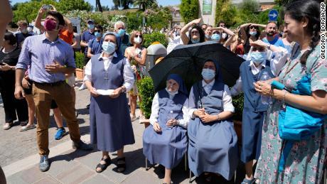 Eine Menschenmenge hört am Sonntag von einem Krankenhausbalkon aus zu, wie Papst Franziskus betet.
