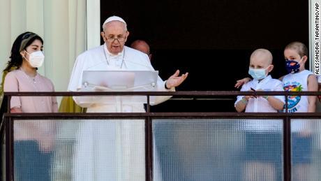 Papa Francesco prega dalla finestra dell'ospedale nella sua prima apparizione pubblica dopo l'intervento