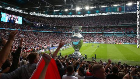 I fan hanno fornito un'atmosfera elettrica all'interno di Wembley prima del decollo.