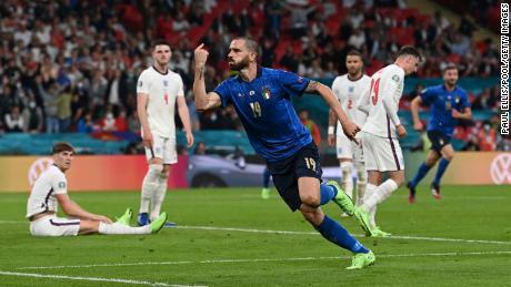 Leonardo Bonucci esulta dopo aver segnato il pareggio per l'Italia.