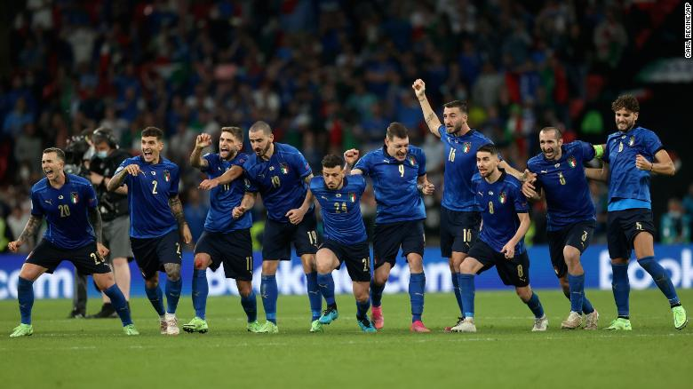 Para pemain Italia merayakan kemenangan adu penalti melawan Inggris