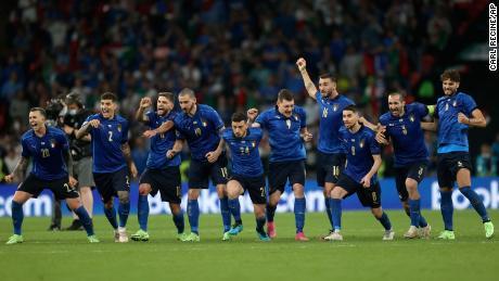 Игроки сборной Италии празднуют победу по пенальти против сборной Англии.