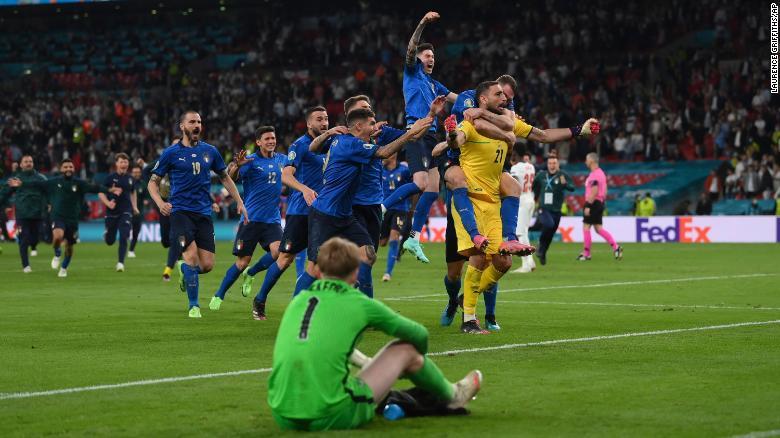 Para pemain Italia merayakan momen mereka memenangkan Euro 2020