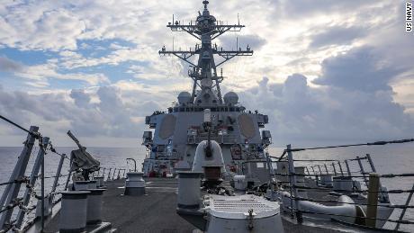 Der Lenkwaffenzerstörer USS Benfold startet am Montag, 12. Juli, im Südchinesischen Meer.
