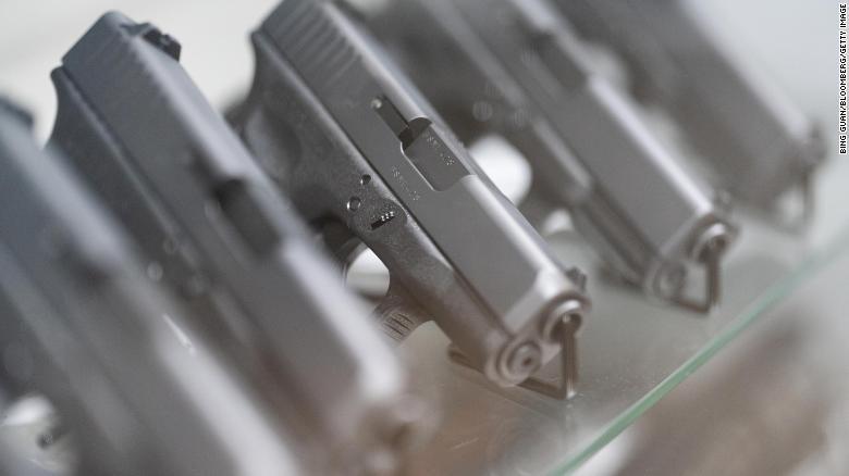 Vende-se pistolas semiautomáticas.