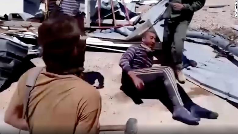 Коли Мохамад корчився від болю, його викрадачі реготали, катуючи його.