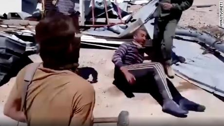 무함마드가 고통에 몸부림치는 동안, 그의 납치범들은 그를 고문하면서 웃었습니다.