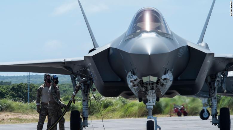 طيارون تابعون للقوات الجوية الأمريكية يقومون بإعادة التزود بالوقود في حفرة ساخنة على مقاتلة من طراز F-35A في نورثويست فيلد كجزء من Agile Combat Employment (ACE) في غوام في فبراير.