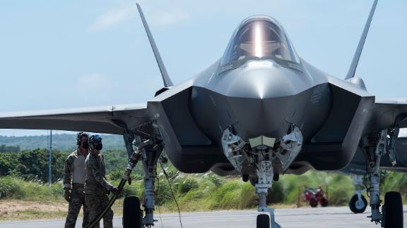 Пилоты ВВС США заправляют истребители F-35A на Северо-Западном поле в рамках февральского развертывания Agile Combat Deployment (ACE) на Гуаме в феврале.