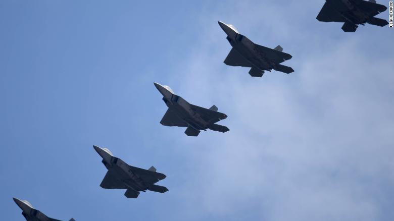 القوات الجوية الأمريكية من طراز F-22 Raptors تحلق في تشكيل فوق قاعدة Altus الجوية في أوكلاهوما في 17 أبريل 2017.