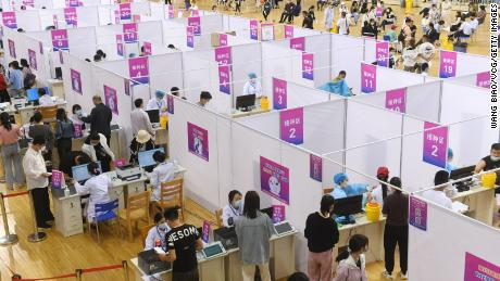 Người dân nhận vắc-xin chống lại Covid-19 tại Đại học Sư phạm Phụ Dương vào ngày 13 tháng 5 ở Phụ Dương, tỉnh An Huy.