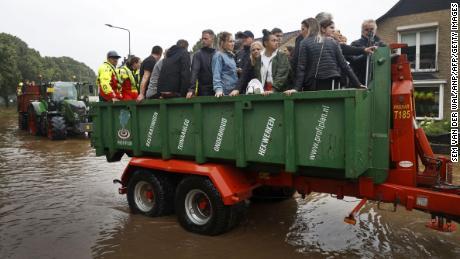 Menschen reisen mit Anhängern, während die niederländische Feuerwehr Menschen aus Häusern in Süd-Limburg evakuiert.