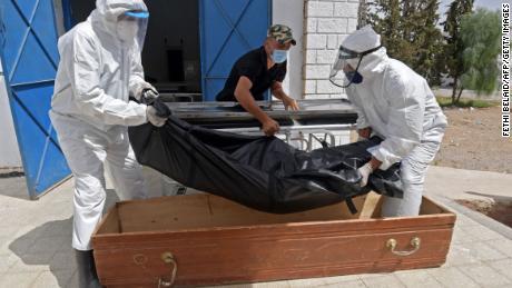 Die Leiche eines COVID-19-Opfers wird am 4. Juli 2021 im Ibn El-Jazzar-Krankenhaus in Kairouan, Tunesien, in einen Sarg gelegt.