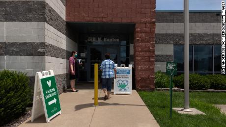 2021年7月12日、ミズーリ州スプリングフィールドのジョーダンバレーコミュニティヘルスセンターに患者が到着しました。