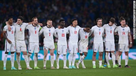 Les joueurs anglais assistent aux tirs au but lors de la finale du championnat de l'UEFA Euro 2020 entre l'Italie et l'Angleterre au stade de Wembley le 11 juillet 2021.