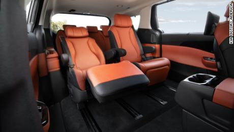 Le Kia Carnival est disponible avec des sièges de salon inclinables à l'arrière.